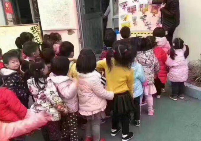 韓国メーカのお菓子を買わないよう指導している女性教師(@szstupidcool/Twitter)
