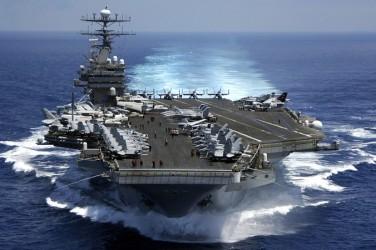 2009年3月15日、ニミッツ(Nimitz)級の原子力空母カール・ヴィンセンがインド洋を航海(Petty Officer 2nd Class Dusty Howell/US Navy/Getty Images)