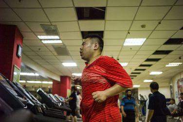 2015年5月、天津の病院で痩身プログラムを受ける男(FRED DUFOUR)