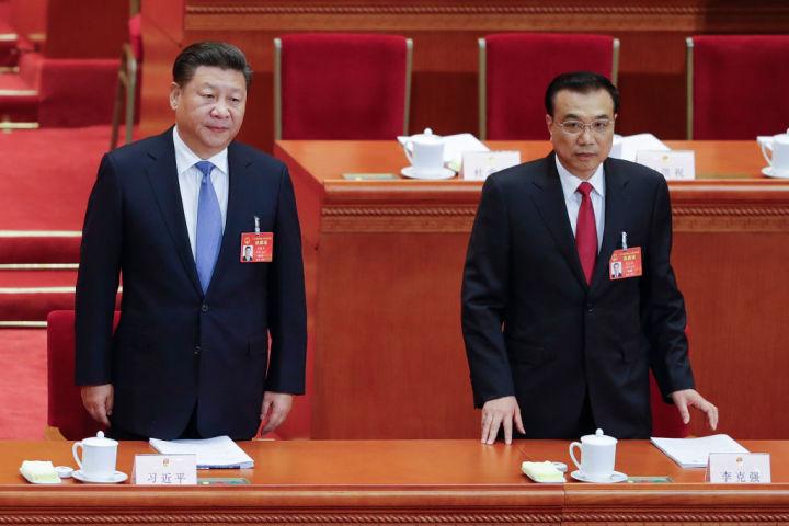 北京の人民大会堂で、3月5日~15日まで開かれた第12回全国人民代表大会。5日の開幕式に参加した習近平国家主席と李克強首相 (Lintao Zhang/Getty Images)