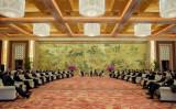 中国北京で開催された釣魚台国賓館の中国発展フォーラムで、中国の李克強首相は、グローバル企業500社あまりのトップと会合 (Etienne Oliveau/Getty Images)
