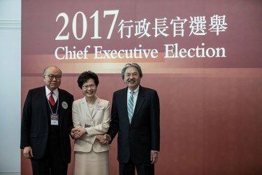 3月26日に行われる特別長官選挙を控え、集合写真を撮影する3人の候補者。(DALE DE LA REY/AFP/Getty Images)
