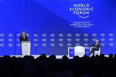 スイスのダボスで2017年1月に開かれた世界経済フォーラムに出席した習近平中国国家主席。中国主席が出席したのは今回が初めて(FABRICE COFFRINI/AFP/Getty Images)