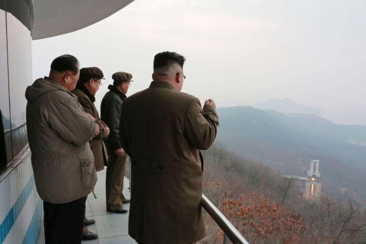 3月19日、北朝鮮労働党委員長・金正恩氏が、新型エンジンのテストを見つめる。北朝鮮国営メディアが公開(STR/AFP/Getty Images)