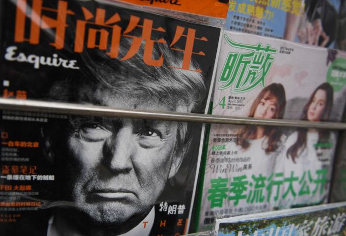 北京のキオスクにて4月4日、並べられた新聞や雑誌のなかにはトランプ氏が表紙を飾るものも(GREG BAKER/AFP/Getty Images)