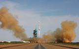 2013年6月11日、中国の有人宇宙船を搭載したLong March-2Fロケットが、中国甘粛省酒泉市にある発射台から発射された(VCG/GettyImages)
