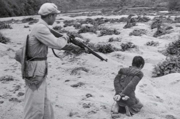 1930年代、中国で地主を銃殺しようとしている八路軍(Public Domain)