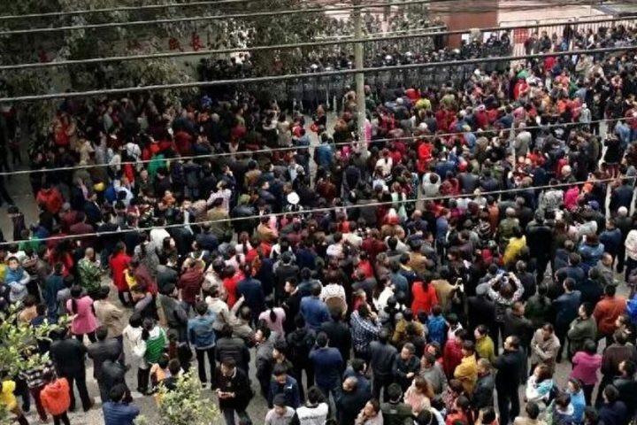 四川省瀘県で、地元中学校の男子生徒の不審死をめぐり、市民が大規模な抗議デモを行った。(目撃者がネット投稿)