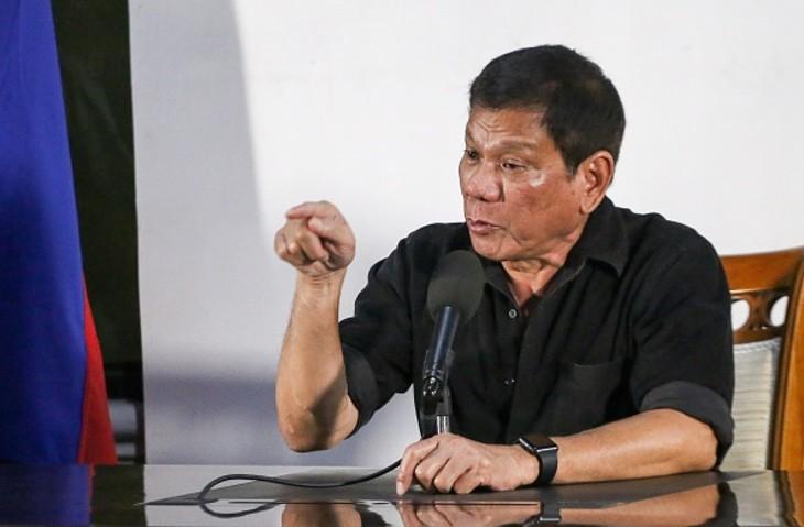 フィリピンのドゥテルテ大統領は6日、中国と領有権紛争中の南シナ海に関する強硬発言をした。軍に命じて領有権を主張する島をすべて占領するという