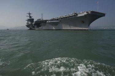 米海軍原子力空母カール・ビンソン、2011年撮影(Aaron Tam/AFP/Getty Images)