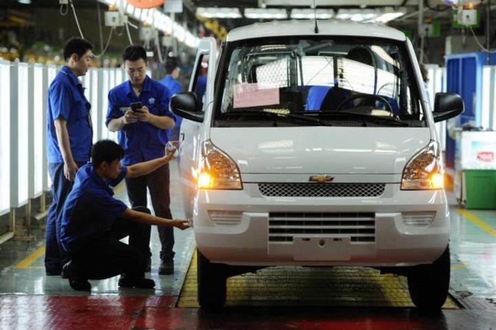 青島の自動車工場で製造作業に取り組む作業員(Getty Images)