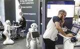 2011年、ドイツの電子機器見本市でロボットが案内役を務める(GettyImages)