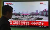 15日、平壌で行われている軍事パレードを映す韓国メディア(GettyImages)