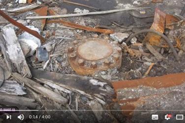 ロシア西北部にある世界最深12kmの掘削坑跡。今は錆び付いた蓋が溶接されている(スクリーンショット)