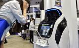 日本のアルソックによる案内とセキュリティ機能をそなえたロボット「Reborg-X」が展示されている。2015年3月東京で開かれた警備保障の見本市会場で(GettyImages)