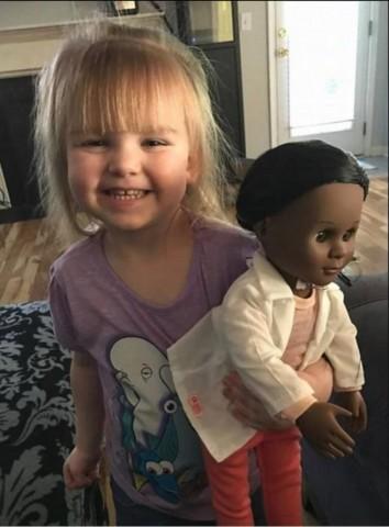 黒人のお人形を選んだ2歳の白人の女の子の言葉に店員が絶句(スクリーンショット)