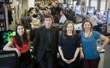 大紀元英語版エポック・タイムス(Epoch Times)はこのたび、ニューヨーク記者協会の年次春季大会で受賞した。写真は大紀元ニューヨーク本部で11日、受賞スタッフたち。左からChannaly Philipp、Petr Svab、Luba Pishchik、Charlotte Cuthbertson (Samira Bouaou/The Epoch Times)