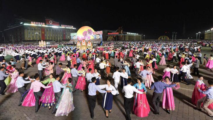 4月17日に北朝鮮国営メディアにより公開された、北朝鮮の市民が金日成広場で金日成(キム・イルソン)氏の誕生105周年祝賀行事で踊る様子。15日撮影とみられる(STR/GettyImages)