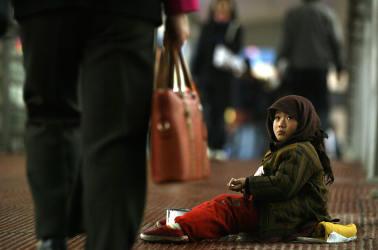 2004年、北京市内の路上に座る物乞いの少女、参考写真(GettyImages)