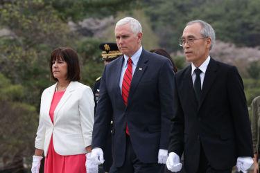 訪韓中のマイク・ペンス米副大統領は16日、国立ソウル顕忠院を訪問(GettyImages)