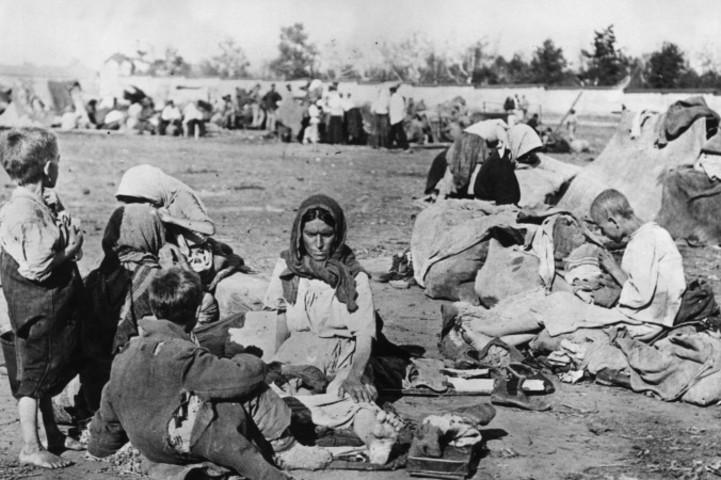 1921年10月、ソビエト連邦西部のボルガ地方で、地面に座るホームレスたち(Topical Press Agency/Getty Images)