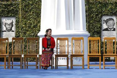 2017年2月、ミャンマー南部パンロンで開かれた民族フォーラムに出席した、アウンサン・スーチー国家顧問(LAMIN TUN/AFP/Getty Images)