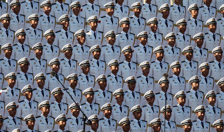 習近平氏は最近「有事に備えよ」と軍幹部らに訓示した、北朝鮮への警戒強化がうかがえる。写真は2015年9月、北京の天安門広場で開かれた軍事パレードで整列する兵士たち(GettyImages)