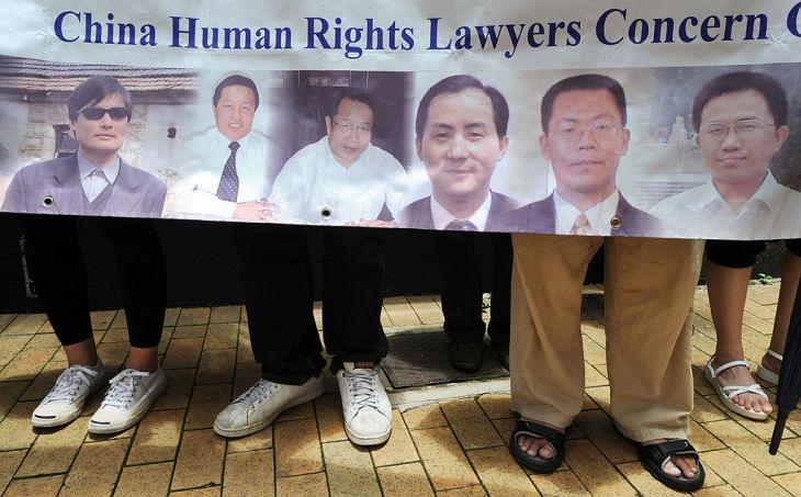 2006年、香港で、中国国内で拘束されたり軟禁されたりしている人権弁護士たちの解放を訴える人々。左から陳光誠氏、高智晟氏(MIKE CLARKE/AFP/Getty Images)