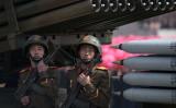 北朝鮮軍の多連装ロケット発射器と警備兵(ED JONES/AFP/Getty Images)