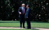 米フロリダ州にあるトランプ氏の別荘「マール・ア・ラーゴ」で7日、訪米した中国・習近平国家主席と話す米トランプ大統領(JIM WATSON/AFP/Getty Images)