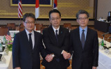東京都港区の外務省飯倉公館で25日、米韓3カ国の首席代表者会合が開かれた。左から米国務省のジョセフ・ユン北朝鮮政策特別代表、外務省の金杉憲治・アジア大洋州局長、韓国外交省のキム・ホンギュン朝鮮半島平和交渉本部長(TORU YAMANAKA/AFP/Getty Images)