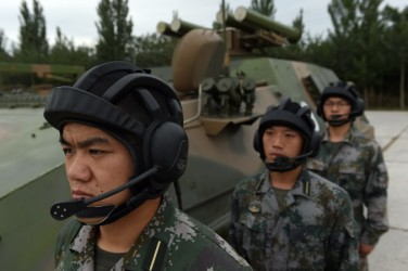 T-89対戦車ミサイル発射器の前に立つ中国軍兵士。(GREG BAKER/AFP/Getty Images)
