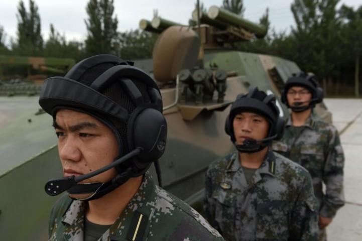 T-89対戦車ミサイル発射器の前に立つ中国軍兵士。(GREG BAKER/AFP/Getty Images)