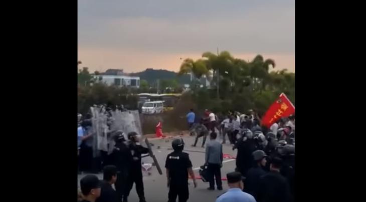 【動画あり】強制立退きに抵抗、丸ごしで抵抗する村民に歓声(動画スクリーンショット)