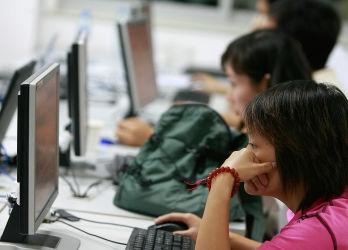 中国公安部は声紋バンクを設立し、電話やインターネットの音声通信をフルタイムで監視し、特定のキーワードが含まれる通話の主は割り出される。(TEH ENG KOON/AFP/Getty Images)