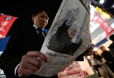 フランス在住の中国人ベテランジャーナリスト・呉葆璋氏は、日本の報道機関に向けて中国報道の観察の視点をアドバイス。新聞を広げる日本人男性(Yuya Shino/Getty Images)