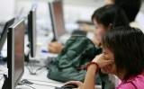 中国の学校では、授業などネットで生中継し誰でも監視できる。プライバシー侵害の懸念があり問題視されている(TEH ENG KOON/AFP/Getty Images)