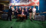 2017年4月29日、ドナルド・トランプ米大統領はペンシルバニア州で、貿易と製造の政策当局の設立に関する大統領令に署名。米国通商評議会トップ、ピーター・ナバロ氏にペンを手渡す(JIM WATSON/AFP/Getty Images)