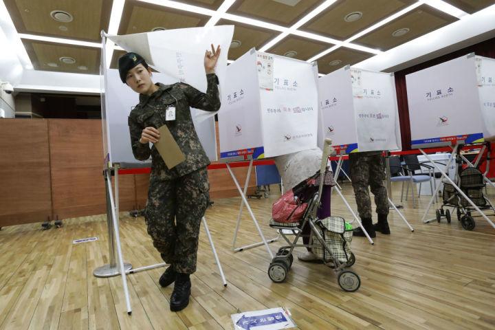 韓国ソウルで期日前投票を済ます女性兵士(Chung Sung-Jun/Getty Images)