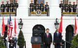 習近平中国国家主席は2015年9月25日の訪米で、バラク・オバマ大統領(当時)による歓迎式典がホワイトハウス前で開かれた(Win McNamee/Getty Images)