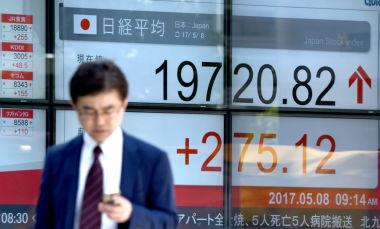 フランス・マクロン氏の当選でドル円一時113円台、日経平均年来初高値更新。5月8日朝の株価表示する電子スクリーン(TORU YAMANAKA/AFP/Getty Images)