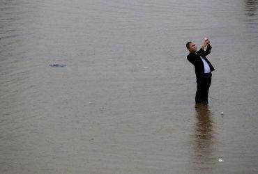2016年7月、大洪水に見舞われた武漢で、自撮りする男性(Wang He/Getty Images)