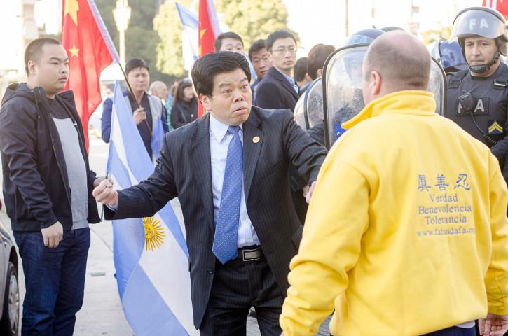 2014年7月、習近平・国家主席のアルゼンチン来訪で、ブエノスアイレスにて現地の法輪功学習者を威嚇する駐留中国人(明慧ネット)