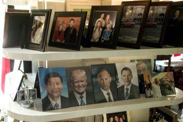 2017年4月、首脳の顔が並ぶ北京の写真屋。左から習近平氏、ドナルド・トランプ氏、ウラジーミル・プーチン氏、バラク・オバマ氏(FRED DUFOUR/AFP/Getty Images)