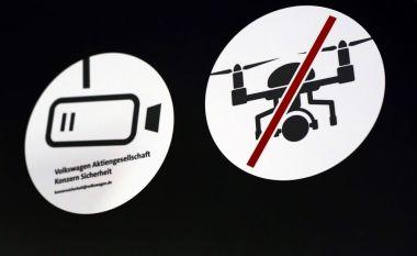 ドイツ・フォルクスワーゲンの展示会でドローン運用を禁じる表示、参考写真(RONNY HARTMANN/AFP/Getty Images)