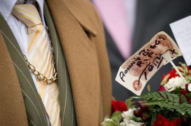 アシッドアタックは、英国ギャングの間では法に抵触せず安易に手に入る凶器として、流行になりつつあるという。写真は2014年1月、知名度の高いギャングの一味で窃盗常習犯ローニー・ビグスの葬儀が行われた(LEON NEAL / AFP / Getty Images)