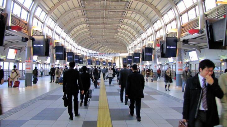 厚生労働省は労働法違反の企業300以上を公表。品川厚生労働省は労働法違反の企業300以上を公表。品川駅を歩く通勤者(Andy Atzer/Flickr)駅を歩く通勤者(Andy Atzer/Flickr)
