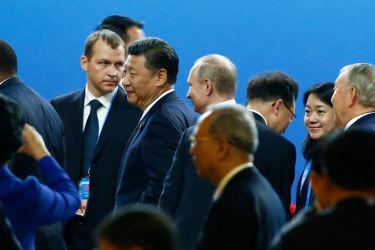 14日に北京で「一帯一路」サミットが開幕。習主席が演説し、政府系ファンドに1.6兆円増資を発表。会場を離れる習主席とロシアのウラジーミル・プーチン大統領(Pool/Getty Images)