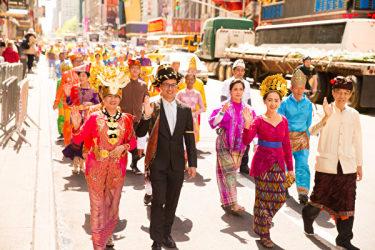華やかな服装を着たマレーシア、インドネシアから来た法輪功愛好者(戴兵/大紀元)