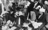 1921年から1922年、ソ連の飢饉が訪れた。1921年10月に街頭で飾りや服を売る女性たち。(Topic Press Agency/GettyImages)